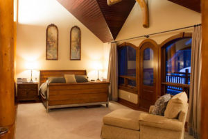 Heliskiing Canada - Eleanor Lake Estate Bedroom